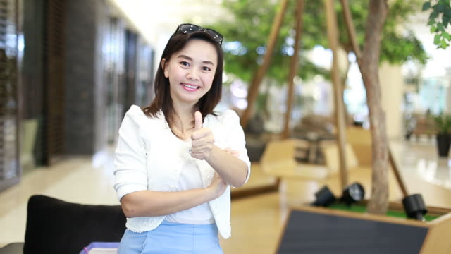 portrait of asian businesswoman thumbs Up