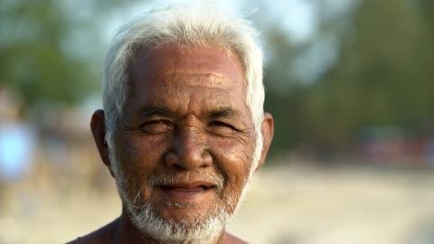 vidéos et rushes de portrait de vieillard asiatique en regardant la caméra. - indonésie