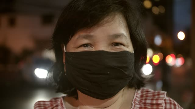 vídeos de stock, filmes e b-roll de retrato de empresária asiática sênior sorrindo atrás da máscara - etnia oriental
