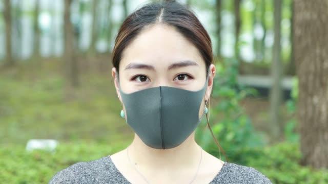 保護フェイスマスクを着用したアジア女性の肖像 - 花粉症点の映像素材/bロール