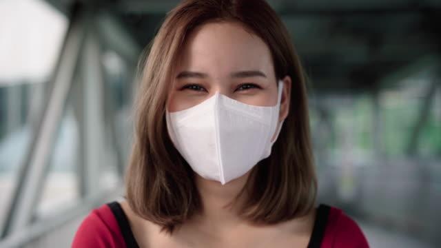 vídeos de stock, filmes e b-roll de retrato de mulher asiática com máscara - sistema respiratório humano