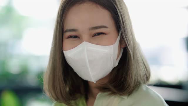 マスク付きアジア女性の肖像 - レスピレーターマスク点の映像素材/bロール