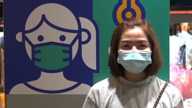 vídeos de stock, filmes e b-roll de retrato de mulher asiática com máscara - resistência