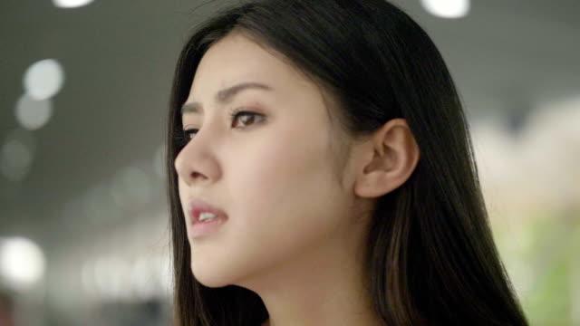 アジア女性のストレスの肖像画 - 心配する点の映像素材/bロール