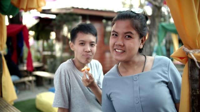 Portrait de couple lesbien jeune asiatique