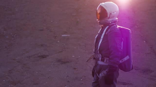 vídeos de stock, filmes e b-roll de portrait of astronaut in space suit - rosa cor