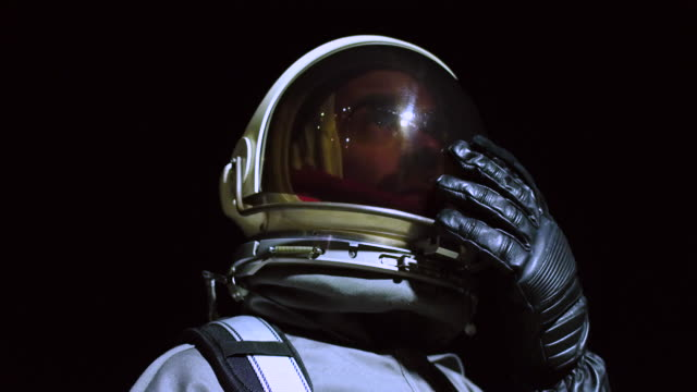 vídeos de stock e filmes b-roll de portrait of astronaut in space suit - individualidade