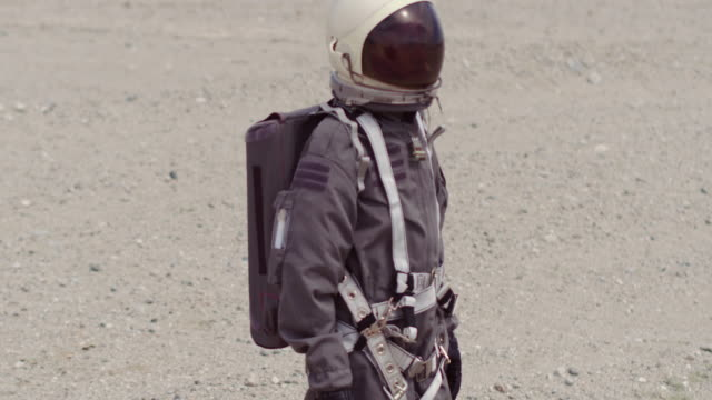 stockvideo's en b-roll-footage met portrait of astronaut on mars - exploration
