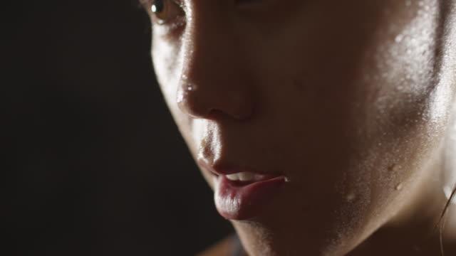 vidéos et rushes de portrait of athletic woman sweating taking a break from workout - inhaler
