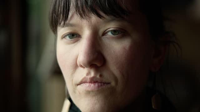 portrait of attractive, confident woman - turns to look at camera - 合意点の映像素材/bロール