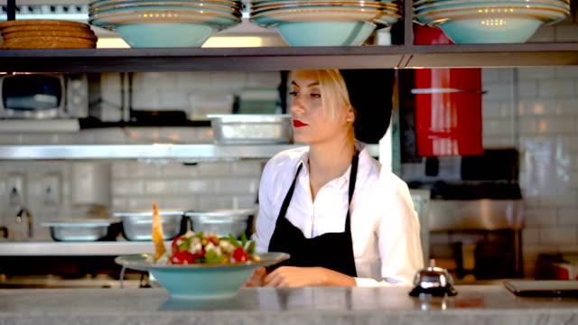 porträtt av attraktiv kvinnlig barista som arbetar i cafeteria - servitör bildbanksvideor och videomaterial från bakom kulisserna