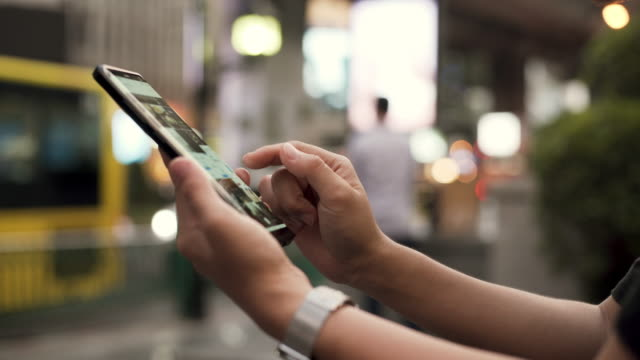 vídeos y material grabado en eventos de stock de retrato de atractivo tipografía sonriente en la pantalla del teléfono inteligente mientras chatea - gesticular