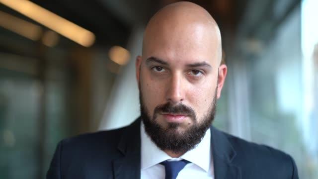 vidéos et rushes de portrait de l'homme d'affaires chauve - trader