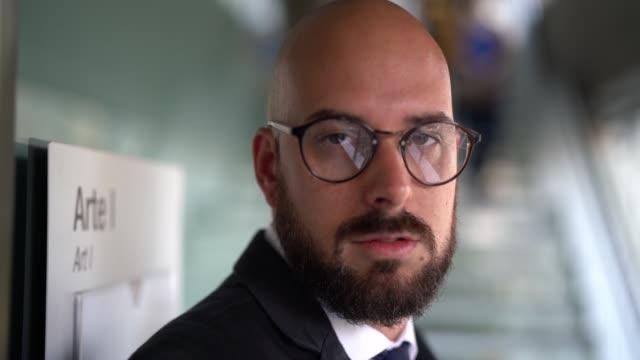 vídeos de stock, filmes e b-roll de retrato de homem de negócios careca - barba