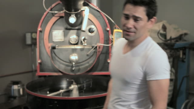 portrait of barista - solo un uomo di età media video stock e b–roll