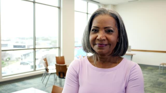 vídeos de stock e filmes b-roll de portrait of beautiful african american woman - professor