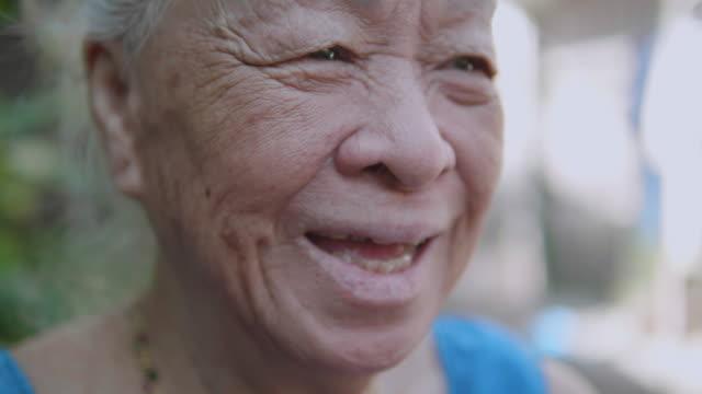美しいアジアの年配の女性、肯定的な感情の肖像画。 - senior women点の映像素材/bロール