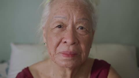 vídeos y material grabado en eventos de stock de retrato de hermosa mujer senior asiático, emoción positiva. - enfoque en primer plano