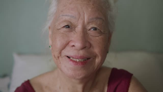 vídeos de stock e filmes b-roll de portrait of beautiful asian senior woman, positive emotion. - sorriso aberto
