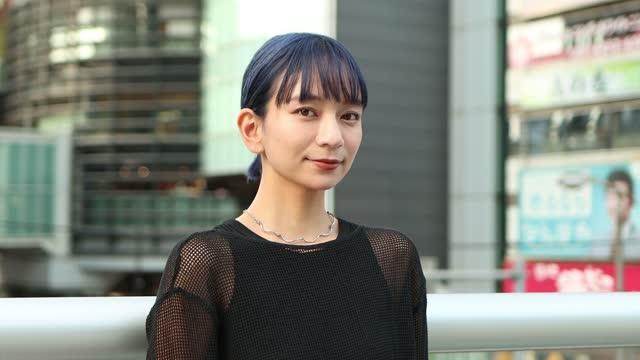 美しいアジアの若い女性の肖像 - ショートヘア種の猫点の映像素材/bロール