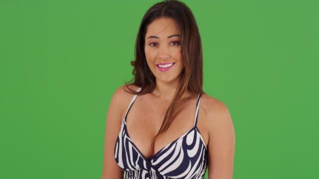stockvideo's en b-roll-footage met portrait of beautiful latina female on green screen - zonnejurk