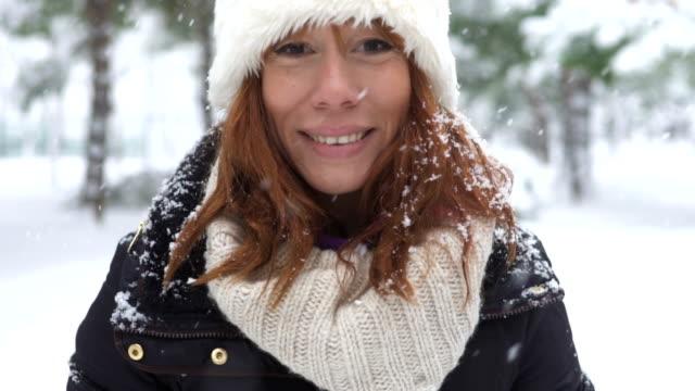 Portrait de femme belle rouquine en hiver