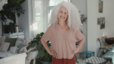 vídeos y material grabado en eventos de stock de portrait of beautiful senior adult woman at home - confianza en sí mismo