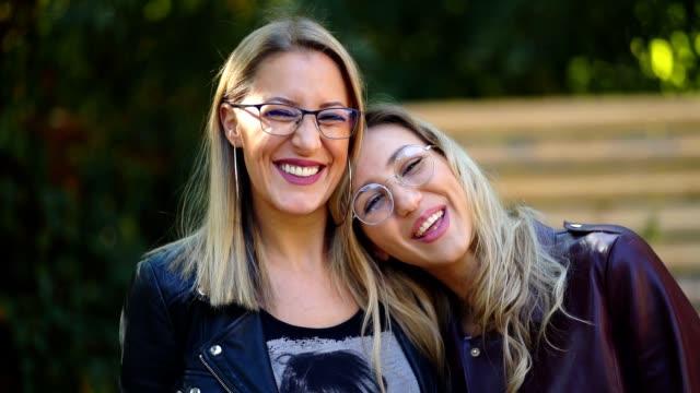 porträt der schönen lächelnden frauen - brille stock-videos und b-roll-filmmaterial