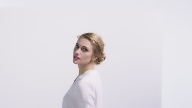 portrait der schönen frau gegen weiße wand - glamour stock-videos und b-roll-filmmaterial