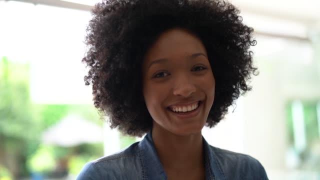 vídeos de stock, filmes e b-roll de retrato da mulher bonita em casa - vista frontal