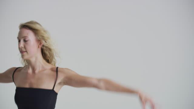 vídeos y material grabado en eventos de stock de portrait of beautiful woman ballet dancer in studio looking at camera and then dancing - de puntas