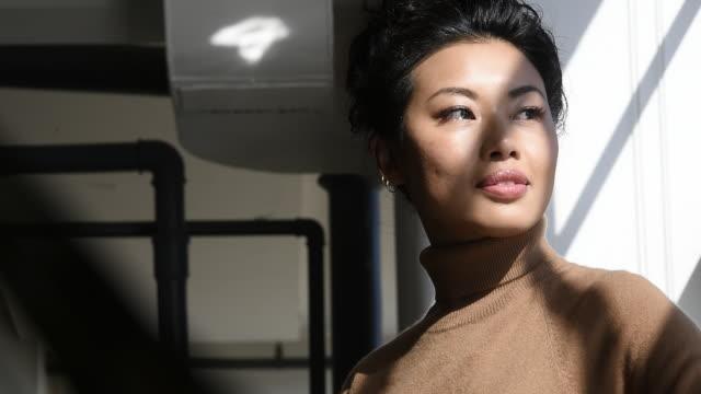 portrait of beautiful woman by window - 中国人点の映像素材/bロール