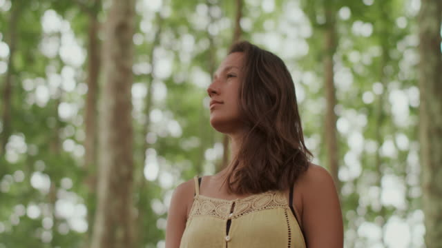 portrait of beautiful woman in the forest - viso naturale video stock e b–roll