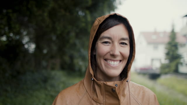 portrait of beautiful woman in the rain - zufrieden stock-videos und b-roll-filmmaterial