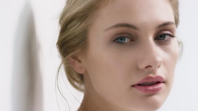 vídeos y material grabado en eventos de stock de retrato de hermosa mujer apoyado en pared - cuidado de la piel