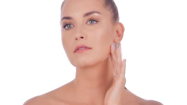 porträt der schönen frau auf weißem hintergrund. schöne frau berührt ihr gesicht. ausdrucksstarke gesichtsausdrücke. kosmetologie und spa.beauty face - kosmetik stock-videos und b-roll-filmmaterial