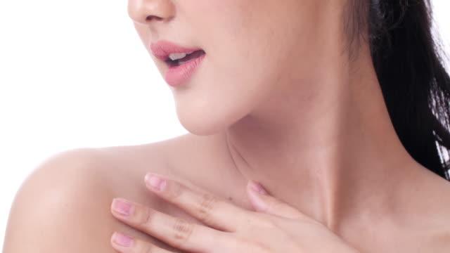 vídeos de stock e filmes b-roll de portrait of beautiful woman touching her neck shoulder - nu