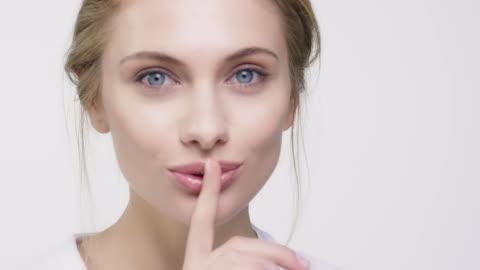 vídeos y material grabado en eventos de stock de retrato de hermosa mujer con el dedo en los labios - mujer bella