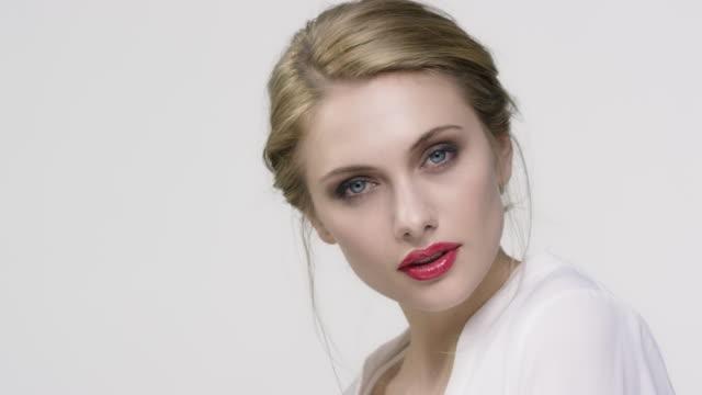 portrait der schönen frau mit make-up - glamour stock-videos und b-roll-filmmaterial