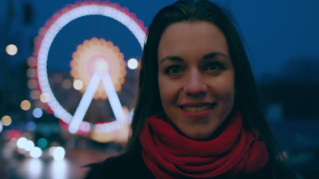vídeos de stock e filmes b-roll de portrait of beautiful young woman in front of ferris wheel at christmas market in berlin - banca de mercado