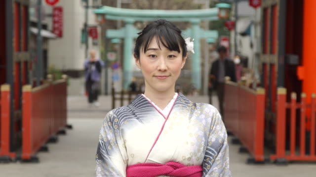 vidéos et rushes de portrait of beautiful young woman in kimono at temple - japan - cadrage à la taille