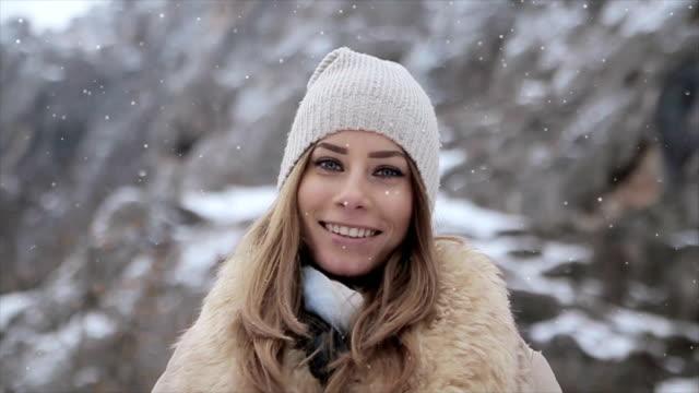 Portret van mooie jonge vrouw met prachtige blauwe ogen