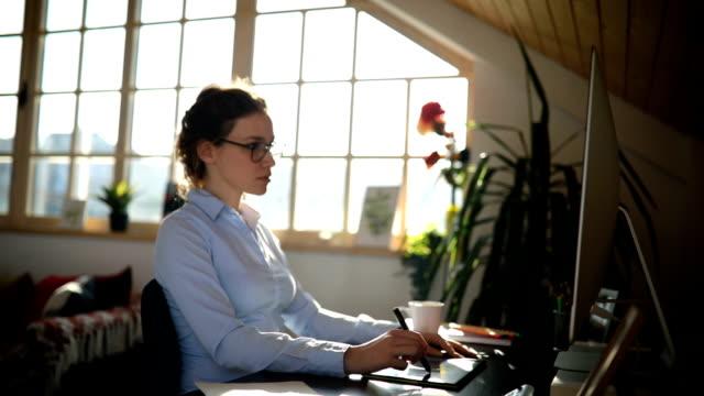 porträt der schönen jungen frau, die im büro arbeitet - arbeitszimmer stock-videos und b-roll-filmmaterial