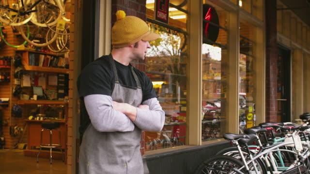 stockvideo's en b-roll-footage met ms portrait of bike shop owner in front of shop / portland, oregon, usa - oregon amerikaanse staat