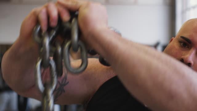 vidéos et rushes de cu portrait of bodybuilder holding chain, middletown, connecticut, usa - musculation