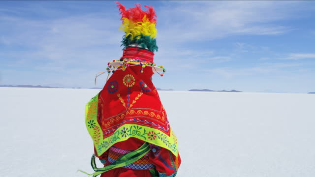 vídeos y material grabado en eventos de stock de portrait of bolivian female on mineral salt flats - tribu sudamericana