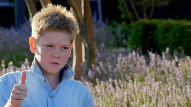 vidéos et rushes de portrait de garçon âgé de 11 ans. - série d'émotions