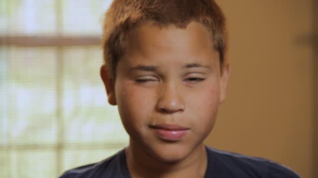 cu portrait of boy (10 -11) crying and covering face / madison, florida, usa - 10 11 år bildbanksvideor och videomaterial från bakom kulisserna