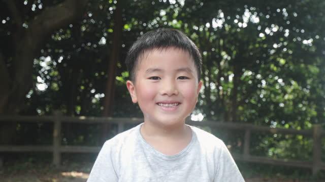 山に立っている少年の肖像 - 子供時代点の映像素材/bロール