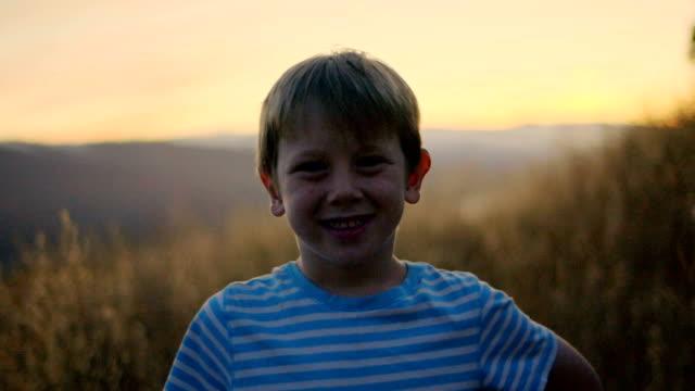 vidéos et rushes de portrait de garçon - série d'émotions